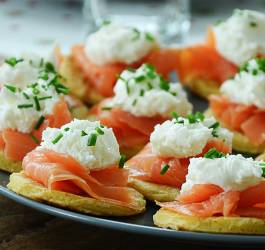 Blinis au saumon et vinaigrette au miel