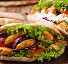 Sandwich de poulet mariné en pain pita