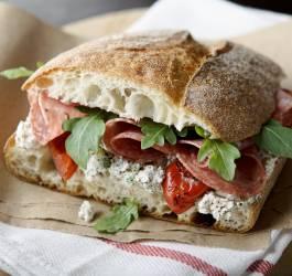 Recette de sandwich houmous, tomates séchées et roquette