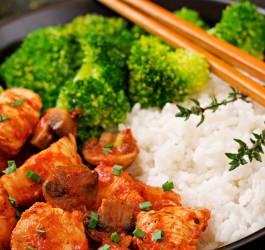 Wok de riz au poulet et brocolis